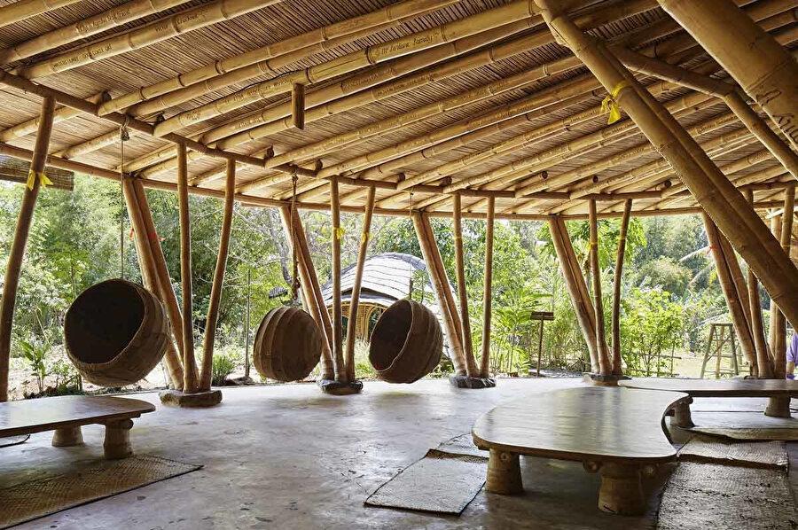 """""""Green School Bali"""" IBUKU Architects tarafından bir okul yapısı olarak tasarlanıyor. 2019 yılında """"Stephen R. Kellert Biophilic Design"""" ödülünü kazanan yapı, doğal ve yerel malzeme kullanımı ve doğa ile doğrudan kurduğu ilişki ile öne çıkıyor."""