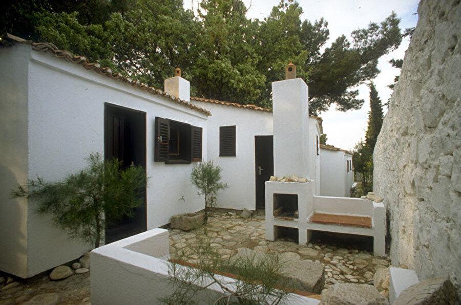 """Çanakkale'de konumlanan """"Sedat Gürel Evi"""" 1969 yılında tamamlanıyor. Doğa ile uyum içinde tasarlanmış, yazlık ev fonksiyonuna sahip yapı, 1989'da Ağa Han Ödülü'ne layık görülüyor."""