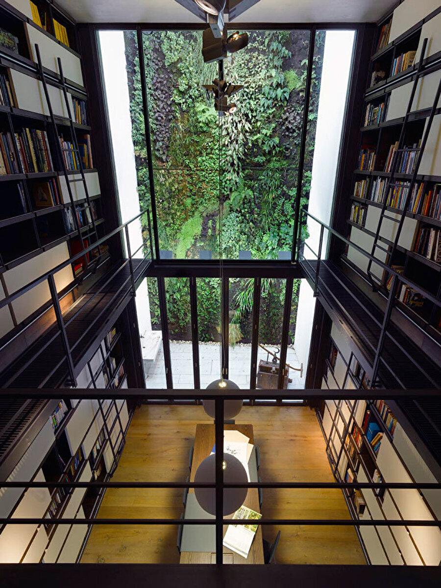 """Mimarlar ve Han Tümertekin tarafından tasarlanan """"2F Evi"""" şehrin içinde, tasarım yoluyla, doğa ile kurulan ilişkiye bir örnek oluşturuyor."""