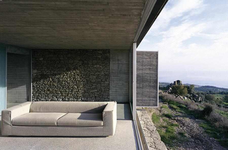"""""""B2 Evi"""" yerel teknik ve malzemelerle, konumundan ilhamını alarak doğayla uyum sağlıyor."""