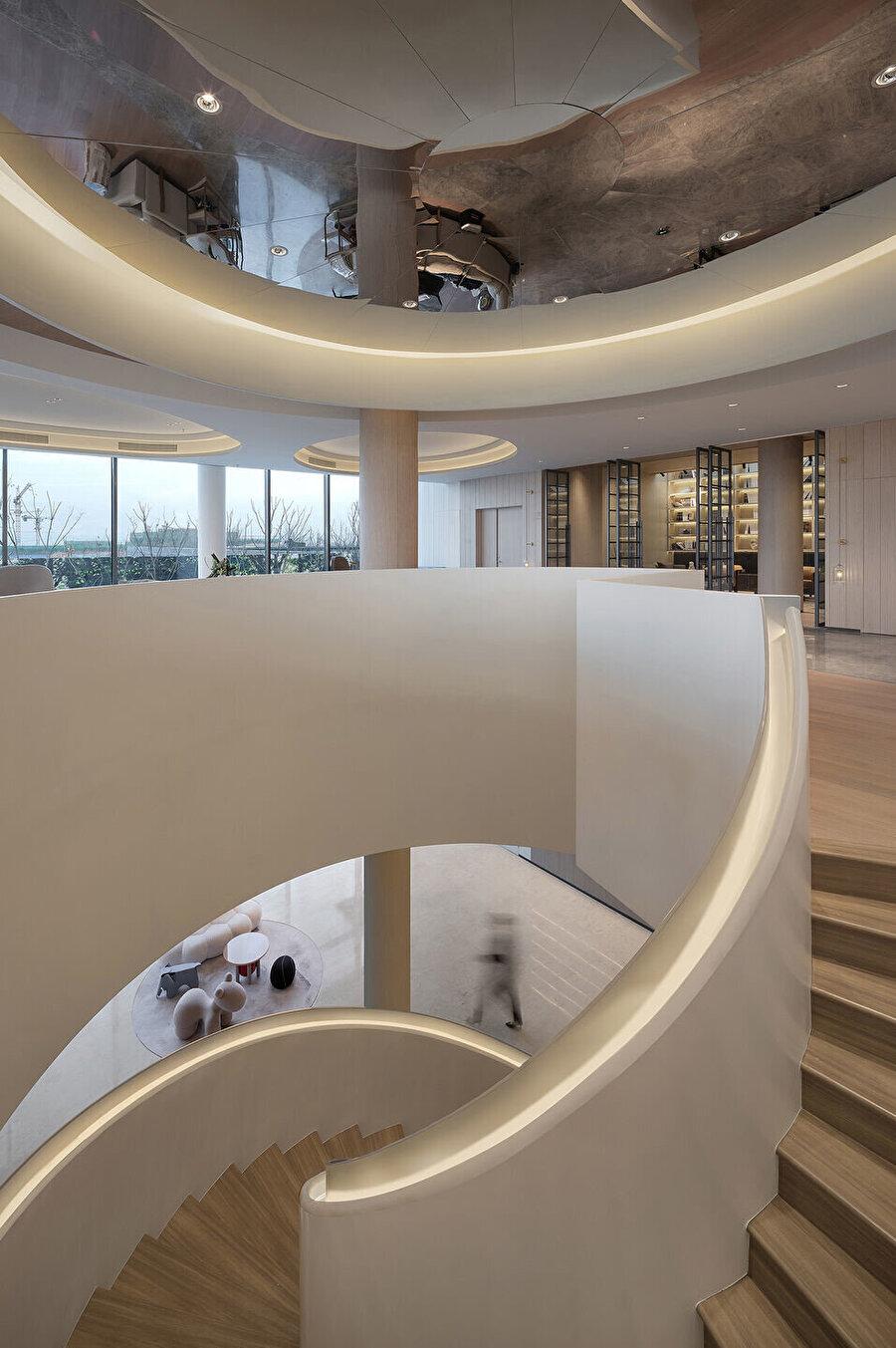 Bina formunda kullanılan oval tasarım, katlar arası merdivende de tercih ediliyor.
