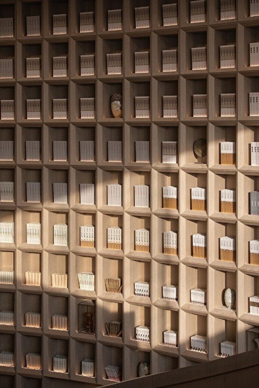 Arşivler, bambudan yapılmış kütüphanede sergileniyor.