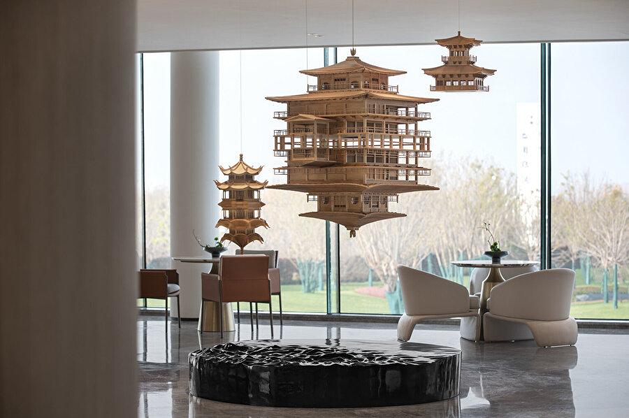 Görüşme alanında da geleneksel Çin yapıları maketleri asılıyor.