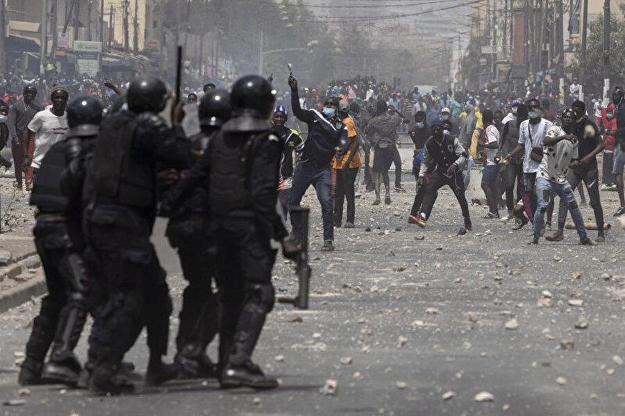 Polisle Sonko destekçileri arasında yaşanan gerilim.