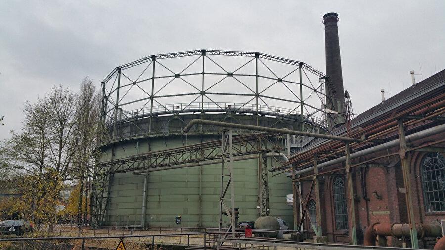 Eski gaz tankı, dalgıçların antreman havuzu olarak kullandığı çok amaçlı bir rekreasyon alanına dönüştürülüyor.