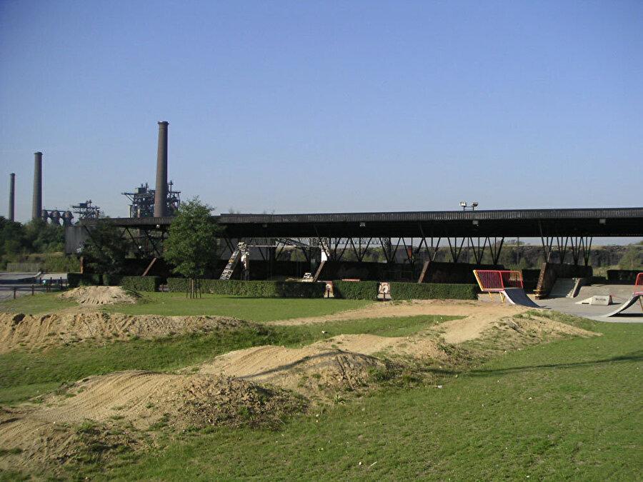 Parkta birçok farklı etkinliğin yapılabileceği alanlar bulunuyor.
