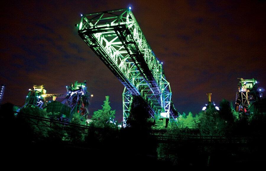 Park, özel bir atmosfer için farklı renklerdeki ışıklarla aydınlatılıyor.
