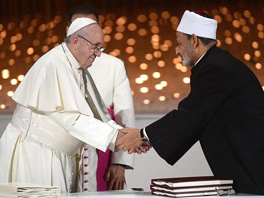 Papa'nın El-Ezher Kurumu Şeyhi Ahmed et-Tayyib ile Şubat 2019'da Abu Dabi'de imzaladığı