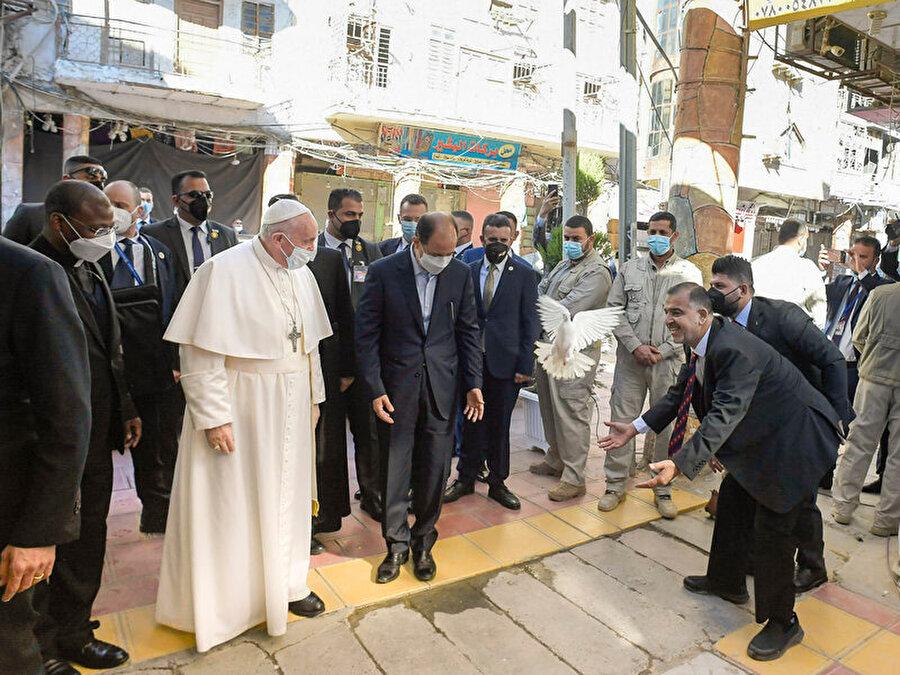 Sistani'yi ziyaret için Papa Necef'te bulunduğu sırada barışı sembolize eden beyaz güvercin uçuruldu.