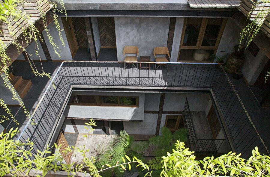 Avluya bakan balkonların görünümü.