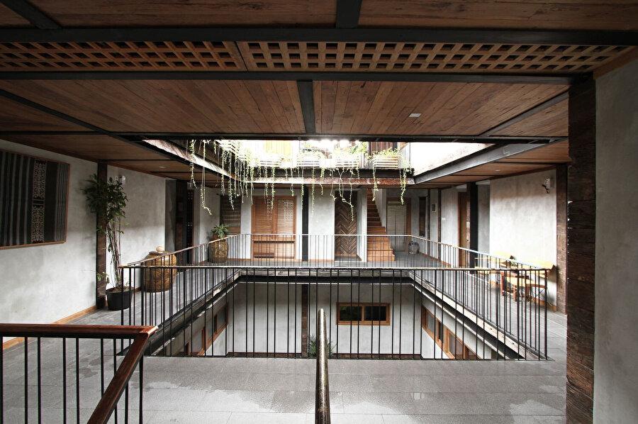 Avluya bakan balkonlar, daireleri birbirine bağlıyor.