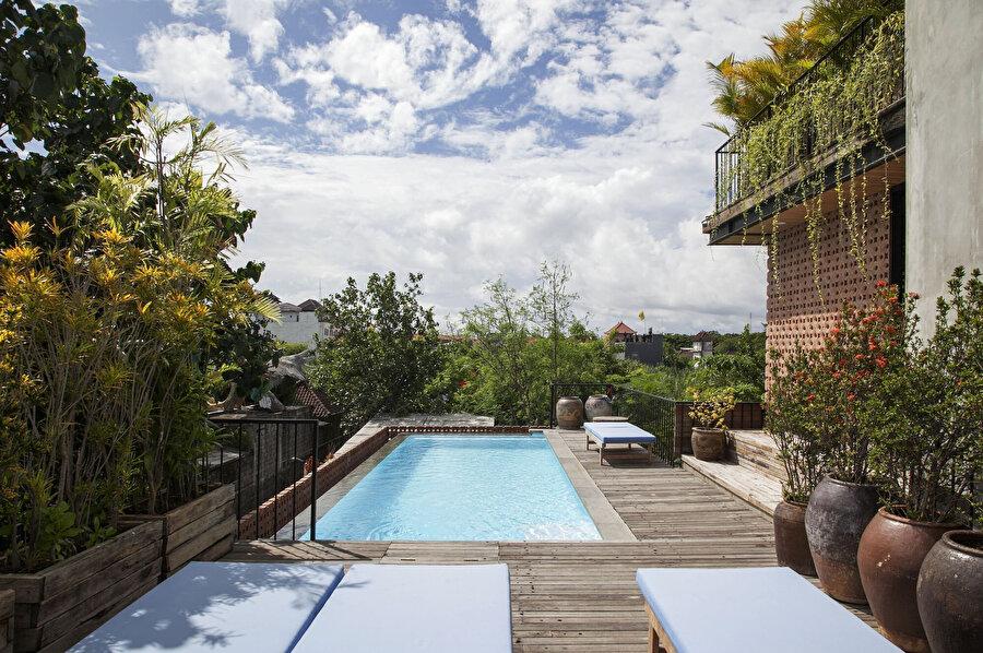 İkinci katın terasında açık bir havuz yer alıyor.