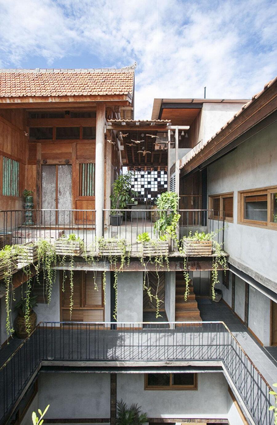 Yapı sahibinin sanat koleksiyonuna ait bir eser, çatı katında yer alıyor.
