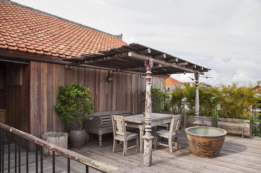Ziyaretçilerin, çeşitli amaçlar için kullandığı çatı bahçesi.