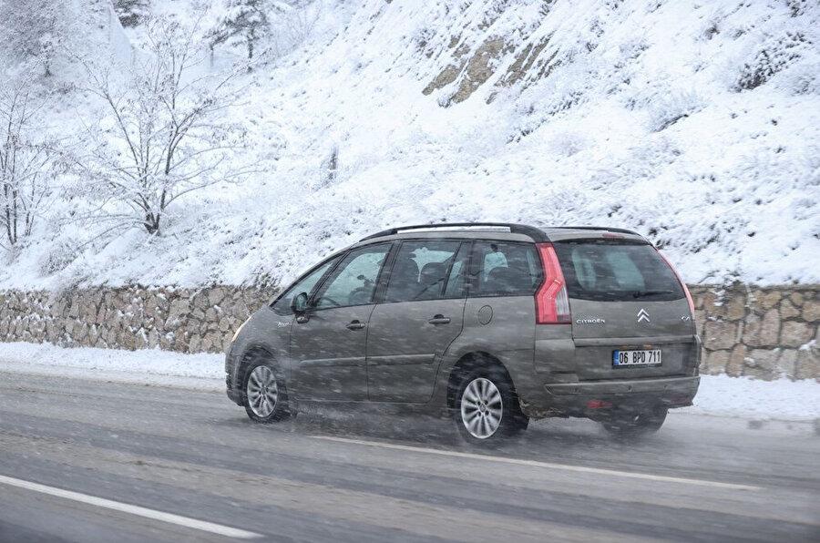 Ankara'da sürücüler kar yağışı nedeniyle zon anlar yaşadı