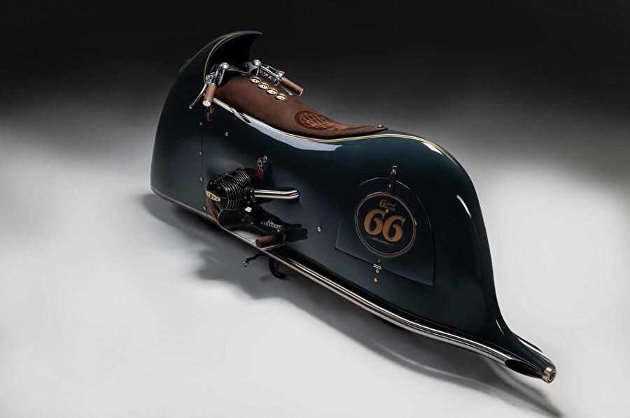 Motorun kaportasının yanında bulunan vites değiştirme ve ayak freni kolu, özel olarak el işçiliğiyle üretiliyor.
