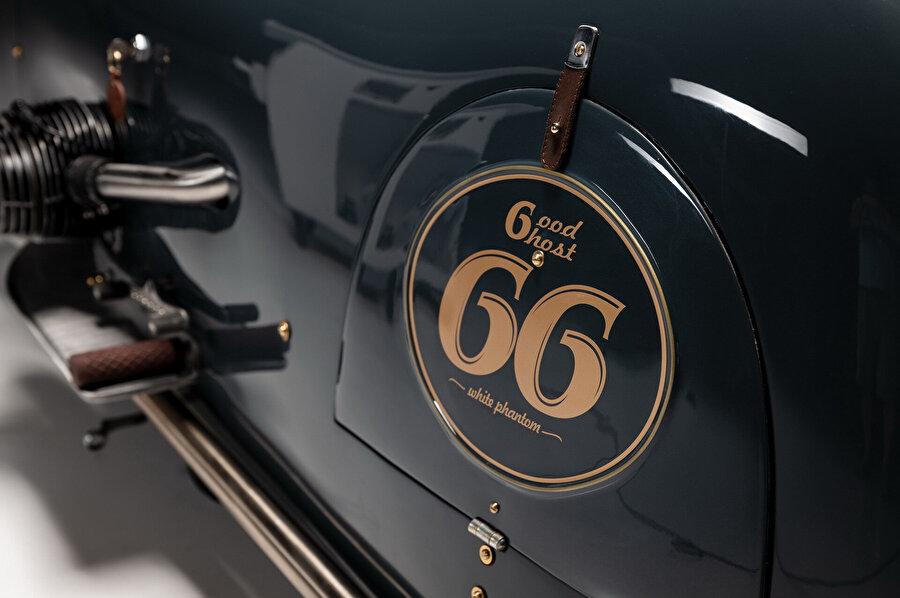 Arka tekerin yanındaki açılır bölmelerin üzerinde motorun ismi ve numarası yazıyor.