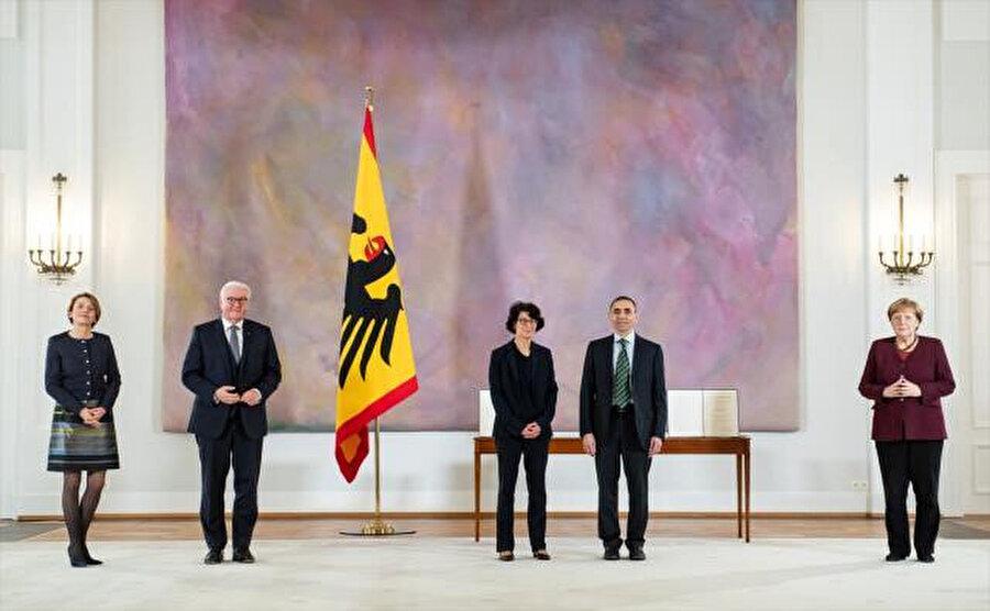 Törene Cumhurbaşkanı Frank-Walter Steinmeier ve Şansölye Angela Merkel de katıldı