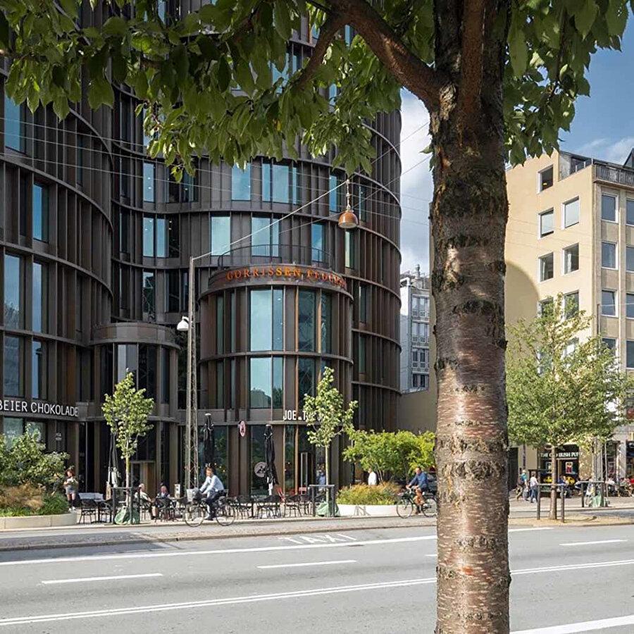 Proje, kuleler arasında boşluklar oluşturuyor ve yayalara sirkülasyon alanı sağlıyor.
