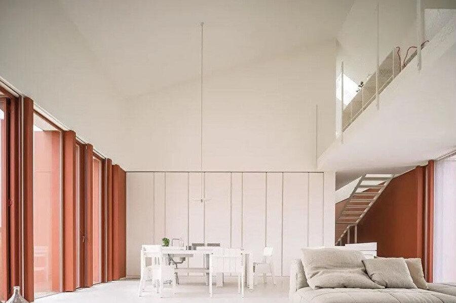 Zemin katta, mutfak, spa ve oturma odası yer alıyor.