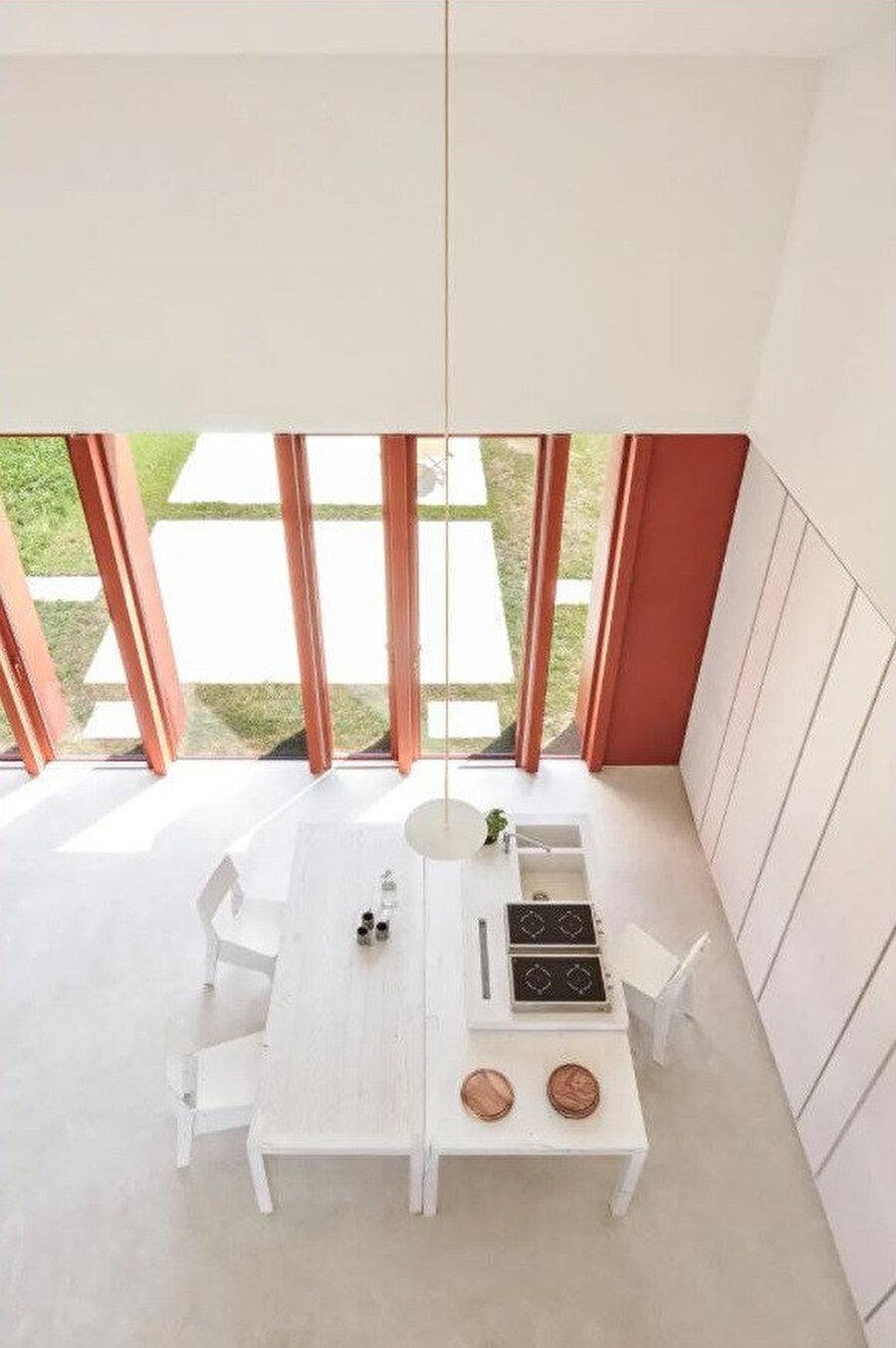 İç mekândaki sade mobilyalar, projeye özel olarak tasarlanıyor.