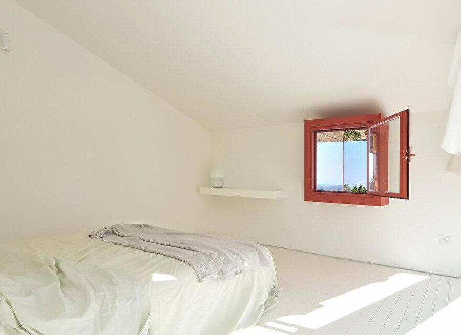 Yatak odalarındaki derin kare pencereler, iç mekanları doğrudan gelen güneş ışığından koruyor.