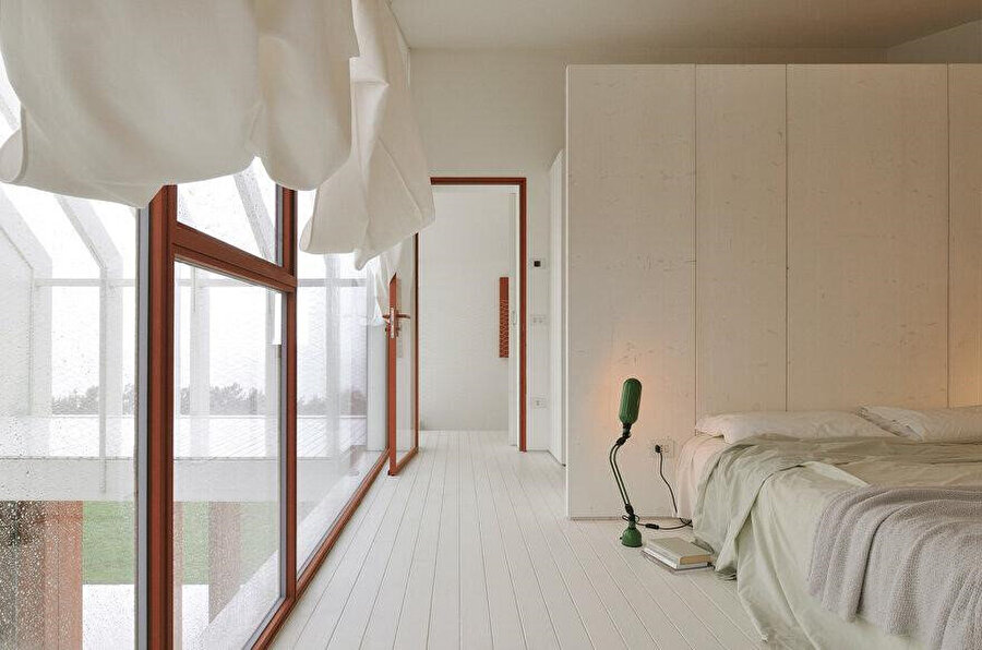 Zemin katta ağırlıklı olarak kullanılan beyaz renk, yatak odalarında da tercih ediliyor.