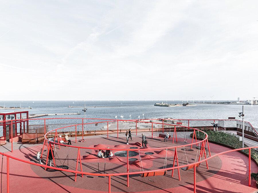 Eski liman bölgesindeki liman yapılarının çoğu kırmızı tuğladan inşa edildiğinden, mimarlar otopark için benzer renk tonuna sahip bir beton tercih ediyor.