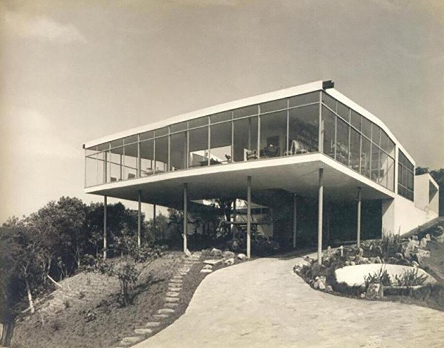 Casa de Vidro, ince pilotiler tarafından desteklenen betondan ve cam bir hacimden oluşuyor. Yapı, Brezilya modernizminin önemli bir örneği olarak kabul ediliyor.