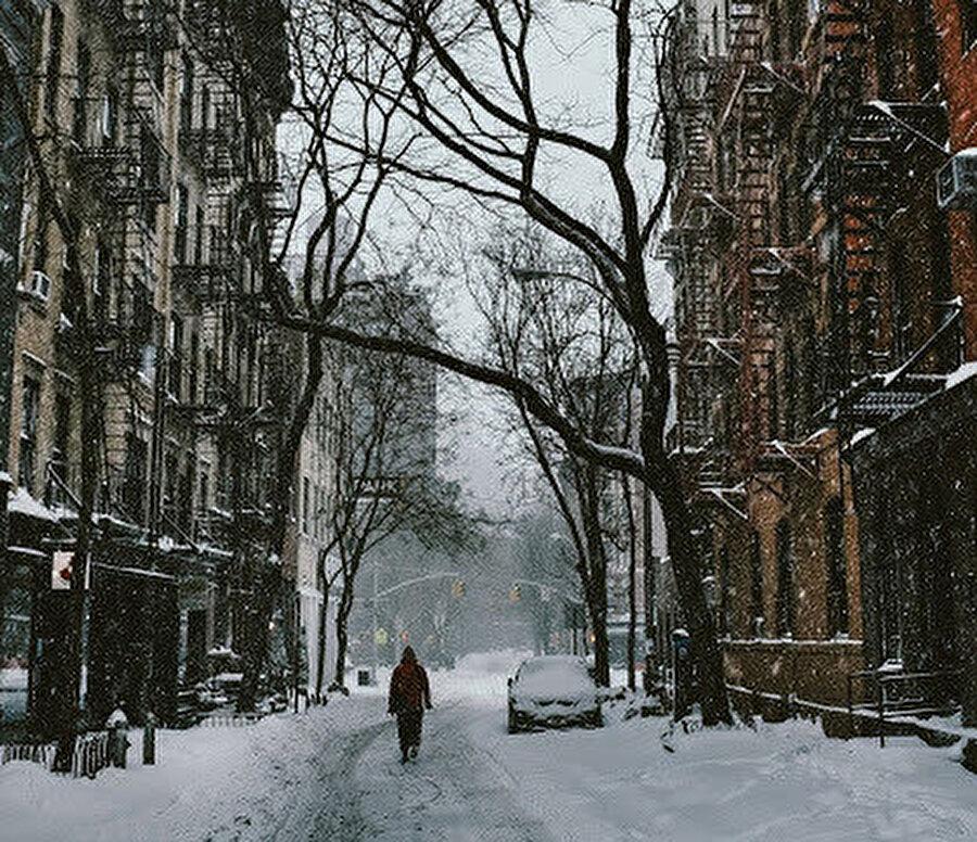 Kar ve yağmur doğaya ait değil herhalde diye düşünüyor Hasan.