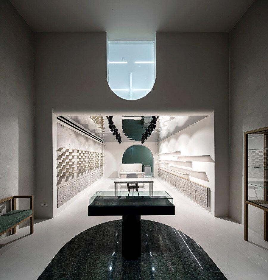 Zeminde bulunan birinci kemer, ileride görünen ikinci kemer ve üst katta bulunan ters kemer, mağazanın ana konseptini oluşturuyor.