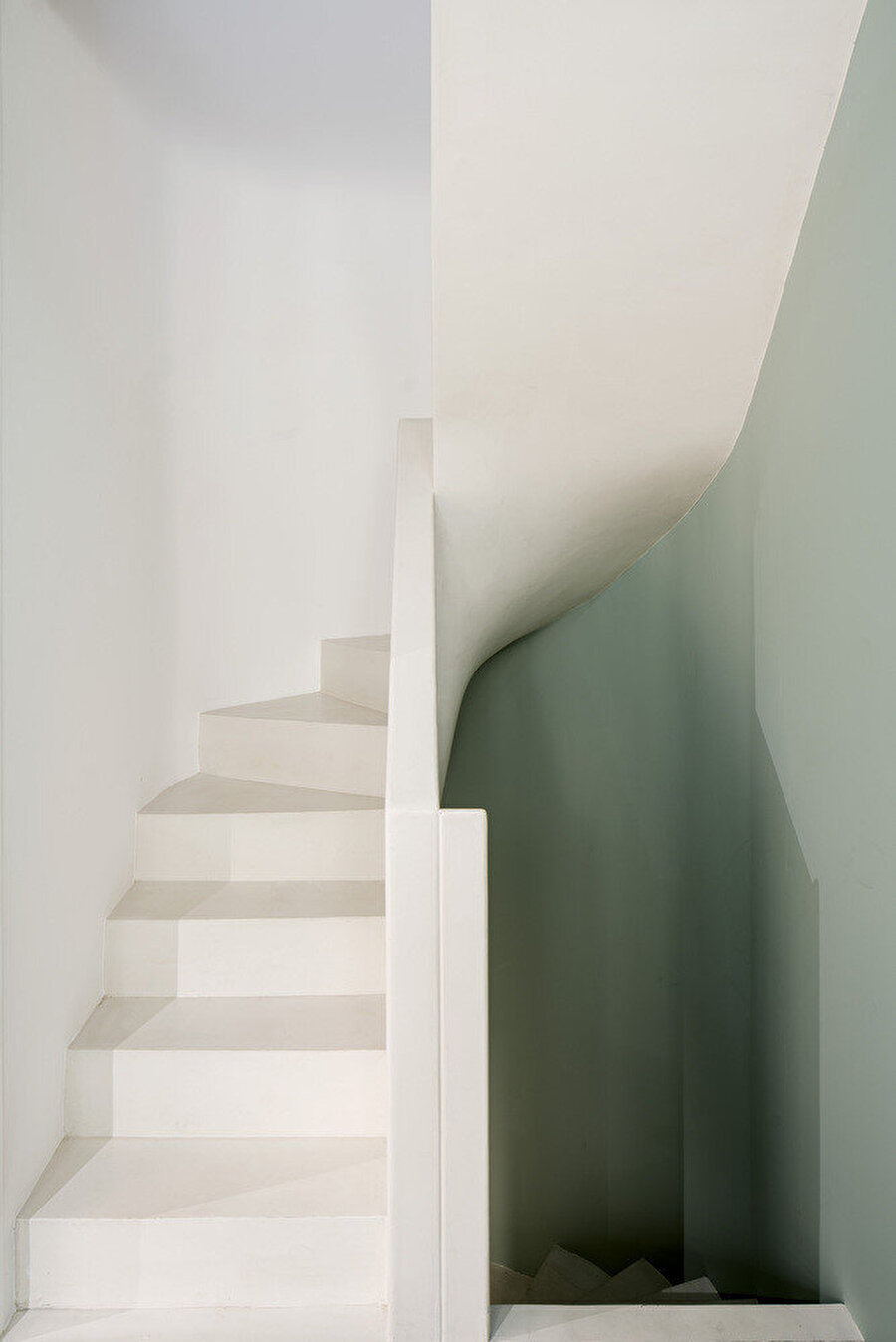 Üst kat ve bodrum arasındaki sirkülasyonu sağlayan merdiven.