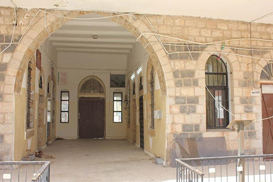 Okuldan mezun olan birçok öğrenci arasından Ürdün için önemli şahsiyetler ve devlet adamları çıktı.