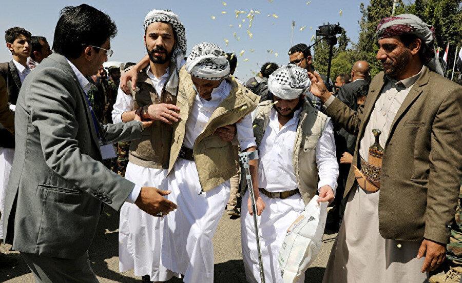 2020 yılındaki esir değişiminde serbest bırakılmış, desteksiz yürüyemeyen bir Yemenli (Kaynak: The Euro-Mediterranean Human Rights Monitor)