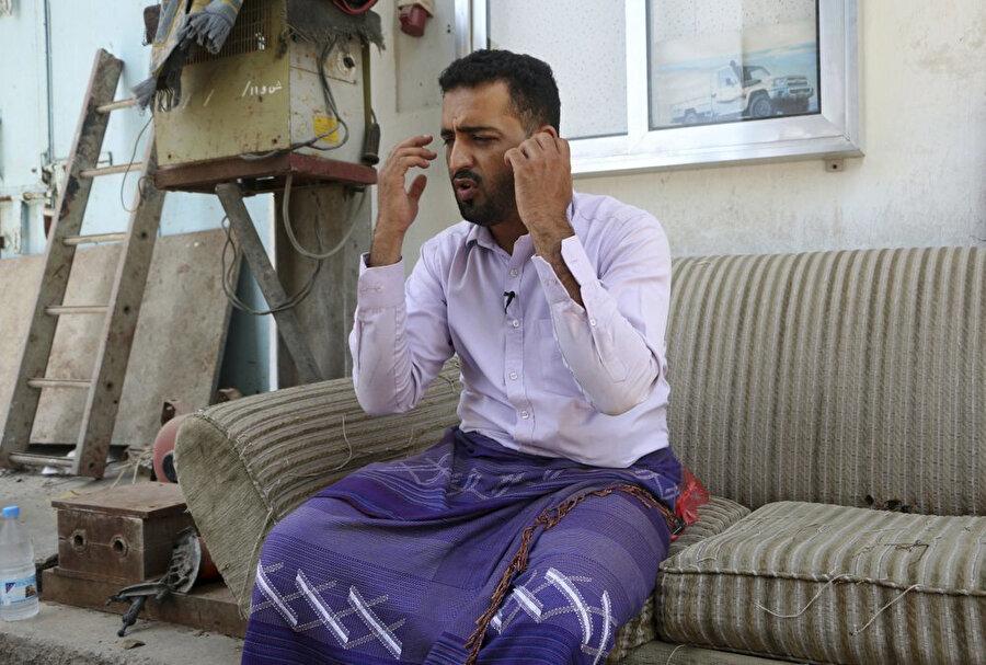el-Kâide mensubu olma suçlamasıyla Birleşik Arap Emirlikleri'nin idare ettiği hapishanede işkenceye maruz kalan bir Yemenli, kendisine uygulanan insanlık dışı uygulamaları aktarırken (Kaynak: Associated Press)