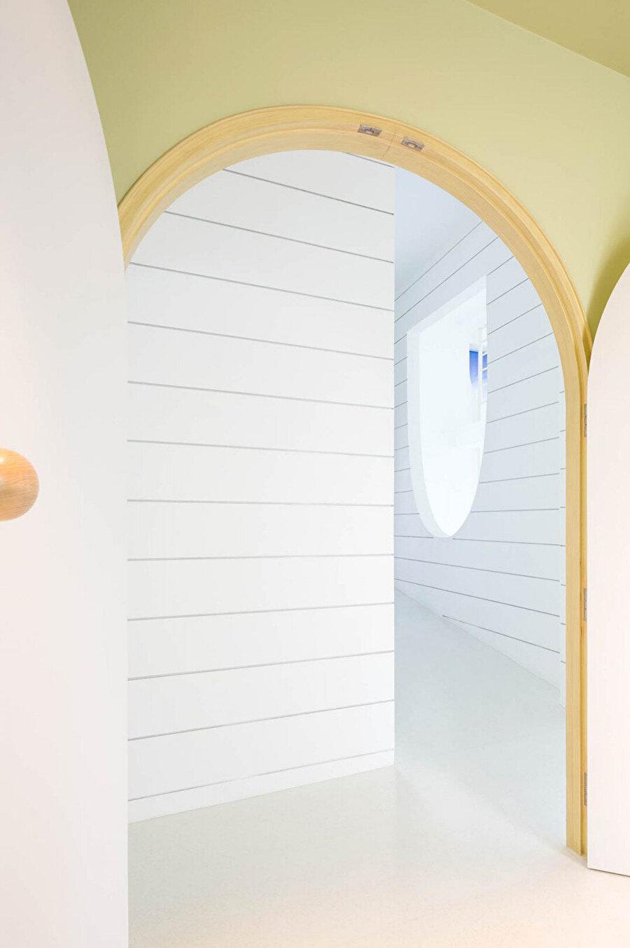 Kapı açıklıkları da pencere ve diğer delikler gibi yuvarlak hatlardan oluşuyor.
