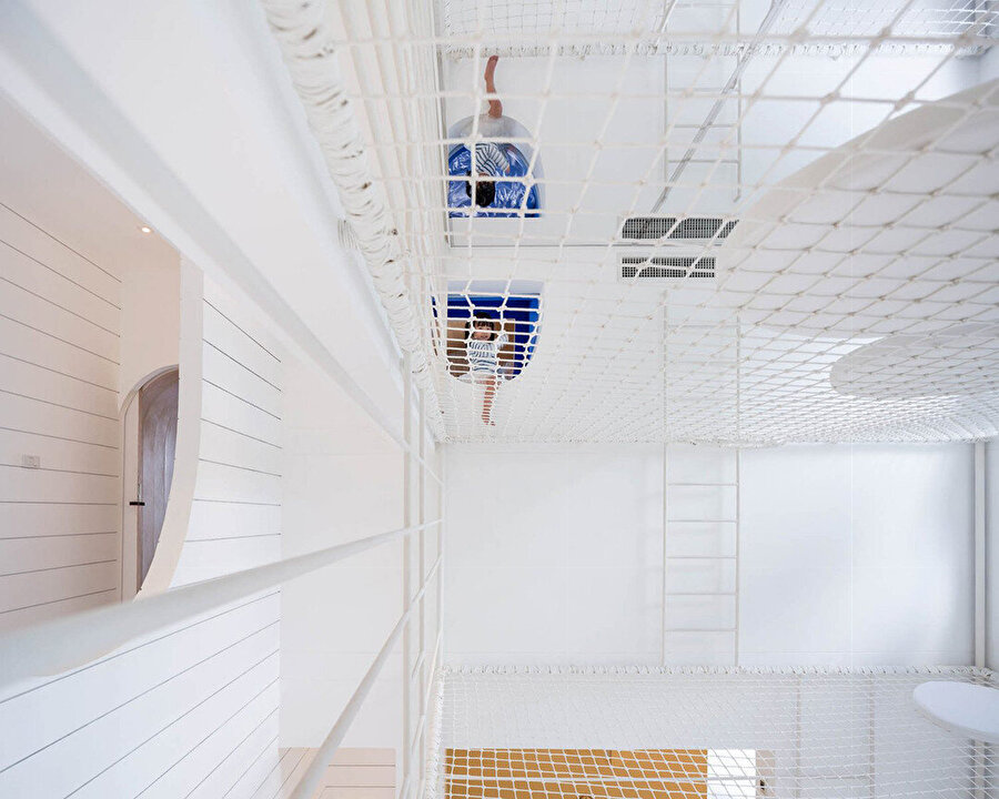 Üçüncü katta yer alan kapı ile yatağın yanındaki delikten galeri boşluğuna geçiliyor.
