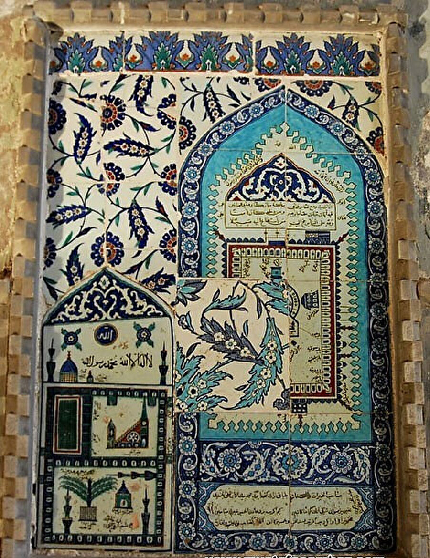 Ayasofya Camii mihrabının sağındaki dehlizde bulunan Kâbe tasvirli çini pano (1643) n(Kâbe'yi gösteren esas parça eksiktir, yerine eski hünkâr mahfilinde bulunan mavi firuze çinilerden biri konulmuştur)