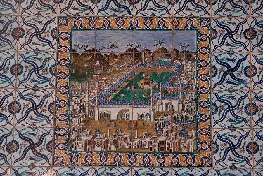 Hekimoğlu Ali Paşa Camii mihrap duvarındaki Kâbe tasvirli çini pano, 18. yy