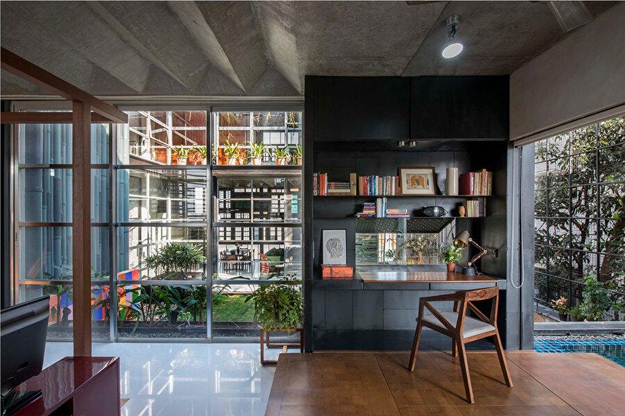 Katlanmış bir kağıt formuna benzeyen beton yüzey, oturma ve yemek odalarının tavanlarında kullanılıyor.