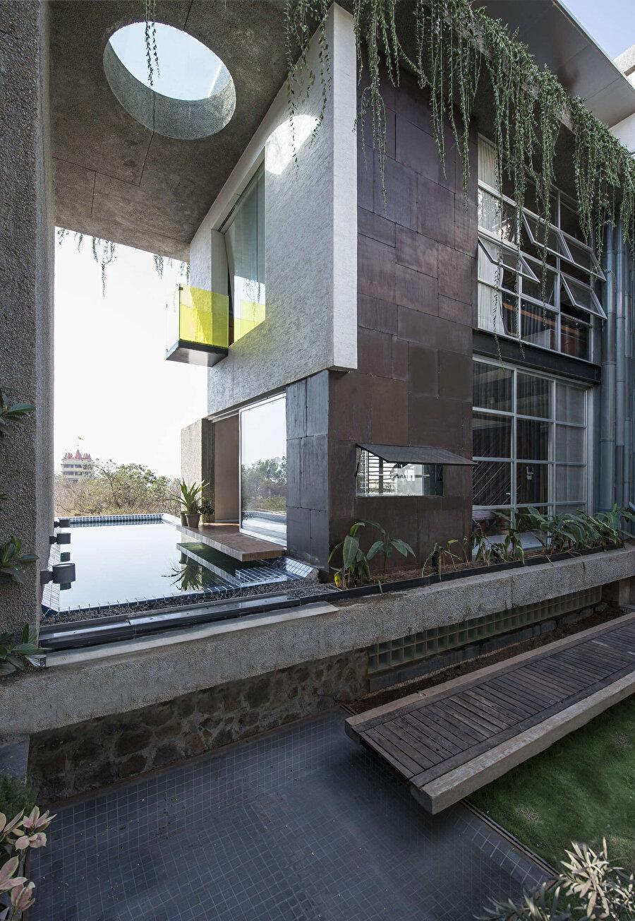 Yapıda, yaşam alanından ulaşılan bir yüzme havuzu bulunuyor.