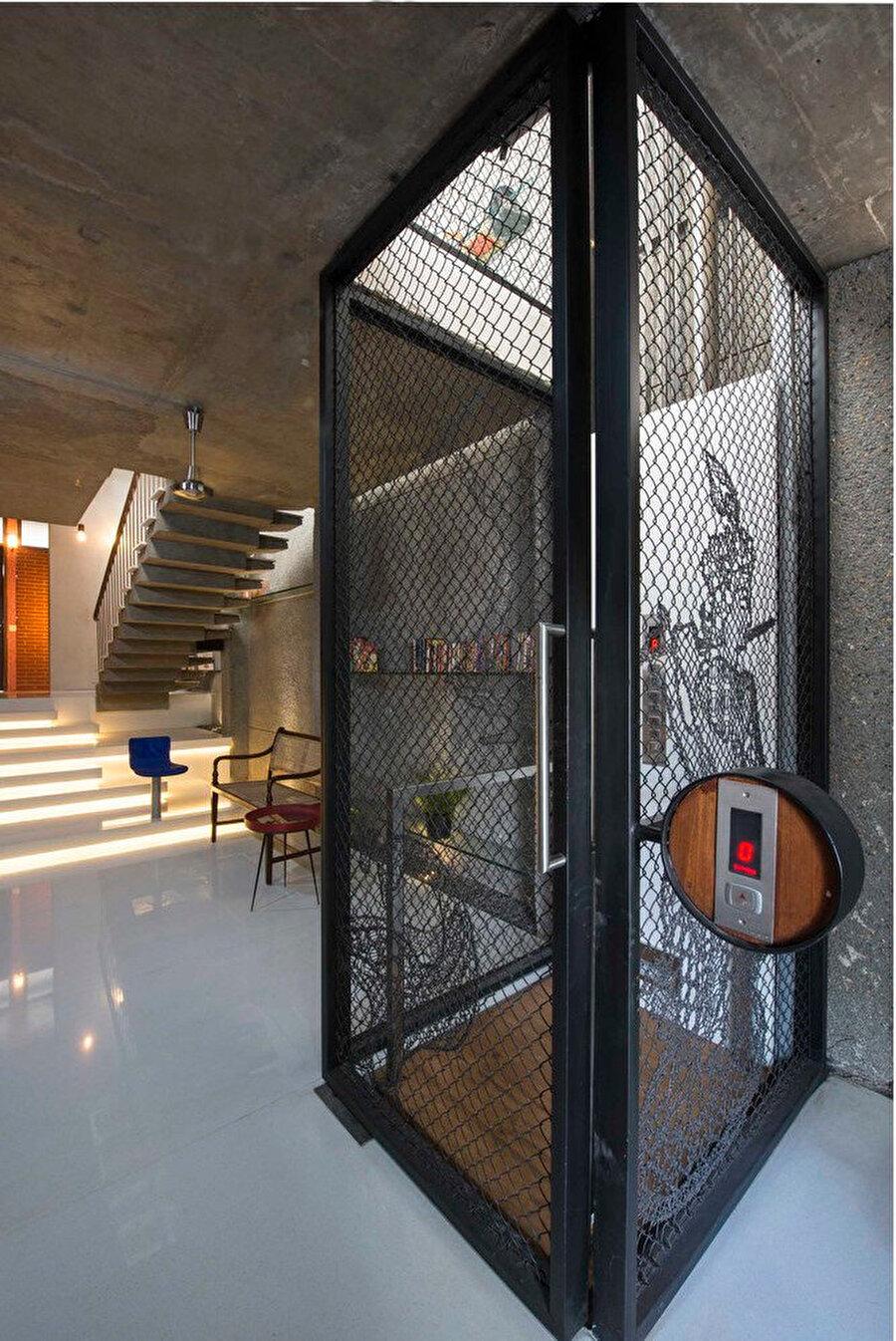 Yapıya, demir tellerle çevrili bir asansör konumlandırılıyor.