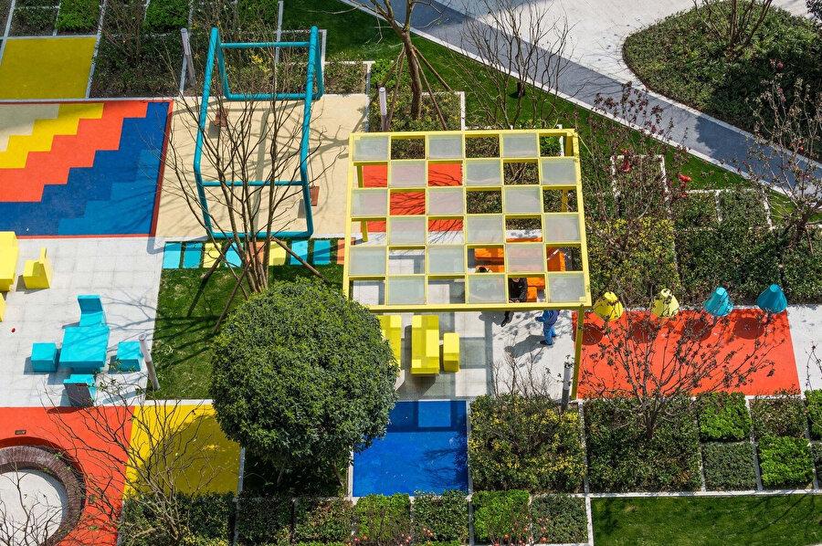 Projede kullanılan ağaçlar, insanlar için doğal gölgelikler oluşturuyor.