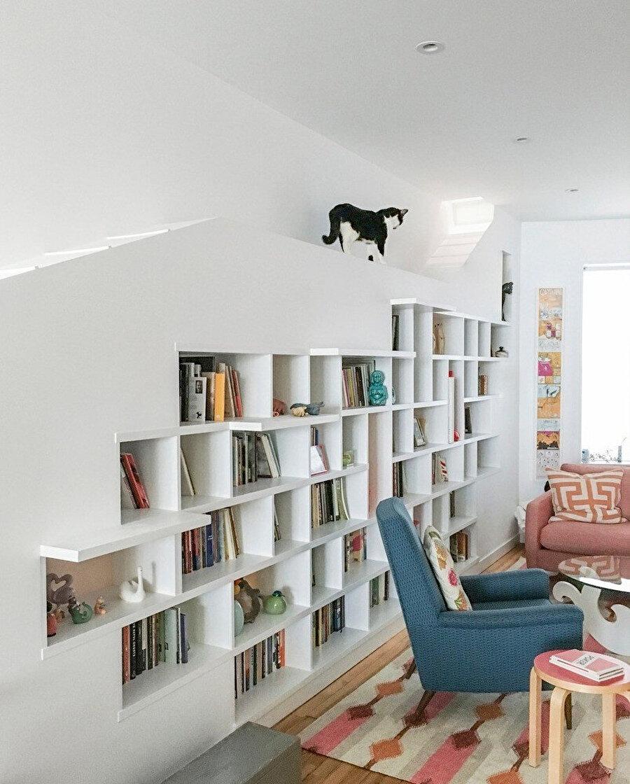 Raflarda bulunan konsol çıkıntılar, kedilerin kitaplığın üstüne kolayca tırmanmasını sağlıyor.