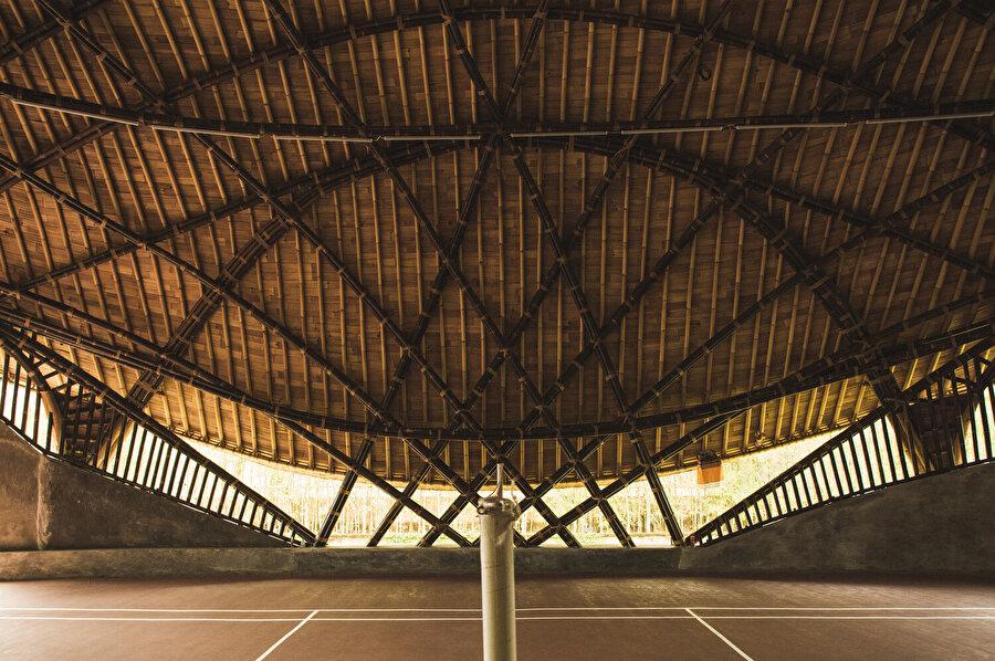 Yapıda sarı ve siyah bambular tercih ediliyor ve her rengin nerede kullanılacağı önceden planlanıyor.