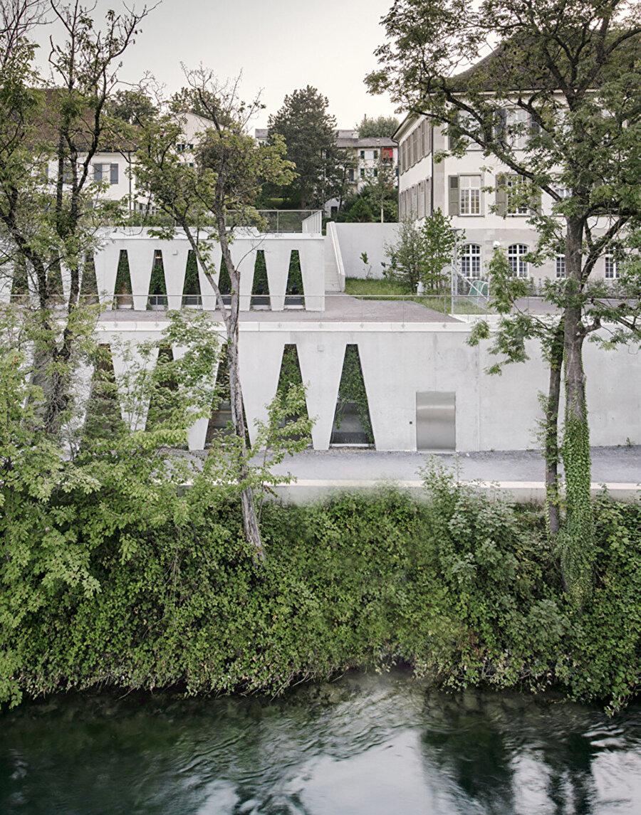 Yapının iki ucunda yer alan merdivenler, dış kotlar arasındaki bağlantıyı sağlıyor.
