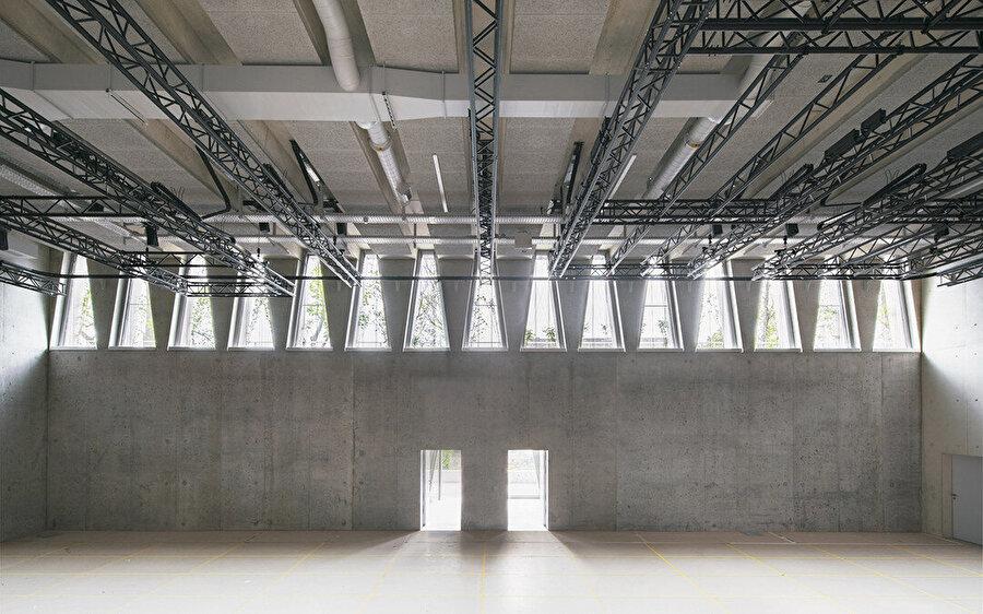 Karakteristik açıklıklar, yapının hem iç kısmında hem de dış kısmında ön plana çıkıyor.