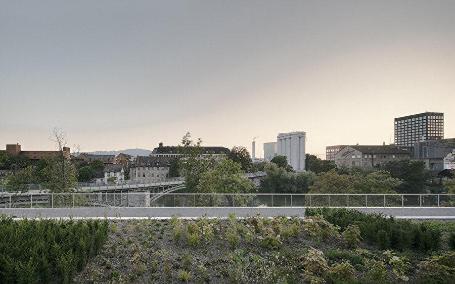 Yapının çatı terasının manzarası.