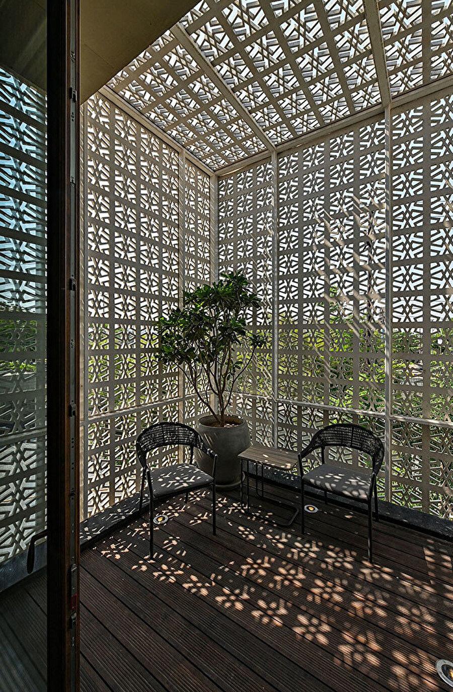 Chikan işlemeli bu ekranlar, yarı açık mekanlarda güneşten korunma sağlıyor.