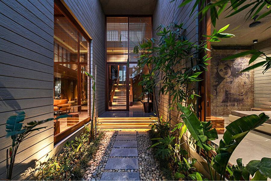 Projenin kuzey cephesinde, odalar arasında iç avluya kadar uzanan bir bahçe bulunuyor.
